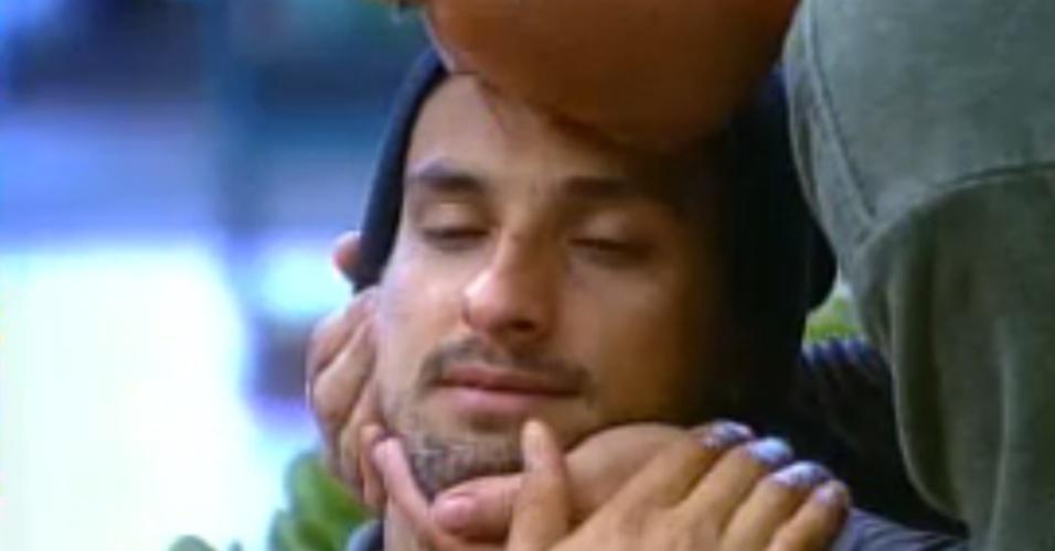 7.nov.2014 - Leo Rodriguez chora e é consolado por Felipeh Campos em
