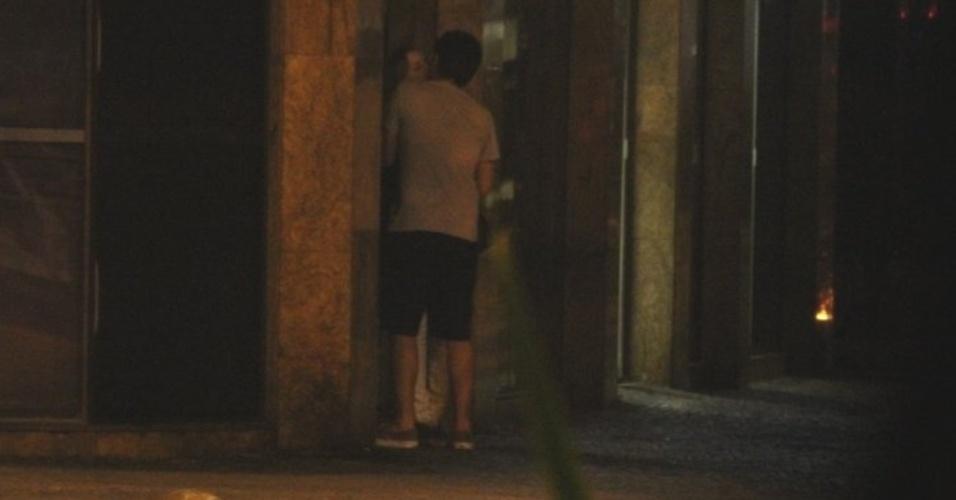 7.nov.2014 - Marcelo Adnet é flagrado beijando mulher no Leblon