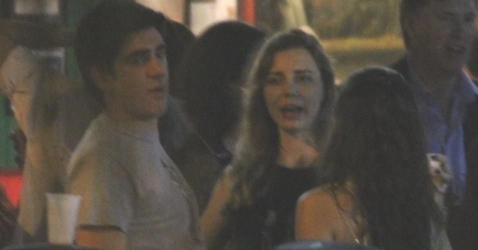 7.nov.2014 - Marcelo Adnet troca carícias com mulher nas ruas do Leblon, no Rio de Janeiro