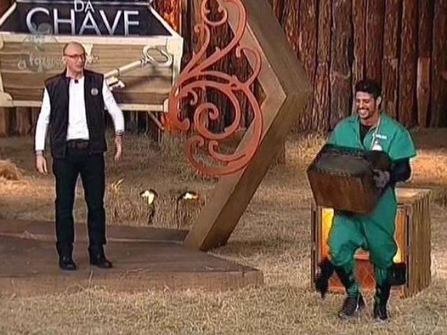 """7.nov.2014 - Marlos Cruz vence Babi Rossi e conquista o poder da arca em """"A Fazenda 7"""""""