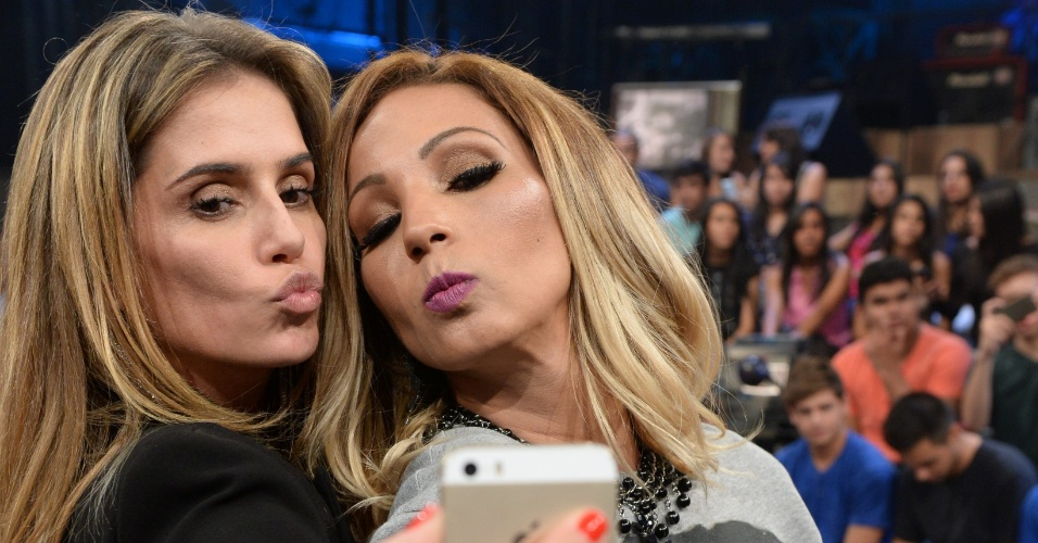 "Deborah Secco e Valesca Popozuda fazem selfie mandando beijo no intervalo do ""Altas Horas"""