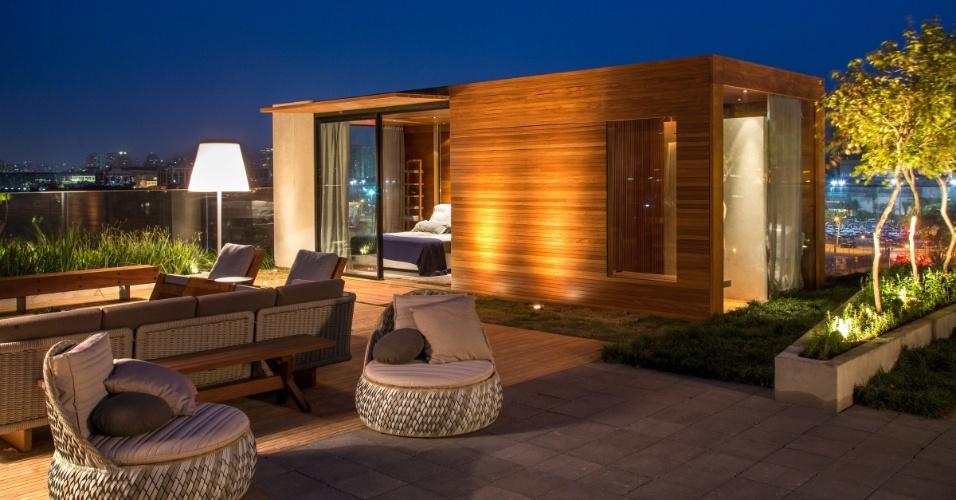 Duda Porto assina Grou, uma casa feita com módulos de estrutura metálica revestida por madeira, que chegam prontos da fábrica e são implantados no terreno. O projeto tem suíte com 24 m² (foto), living medindo 36 m², um spa com sauna de 18 m², uma área gourmet com 15 m² e um grande pátio integrando todas as