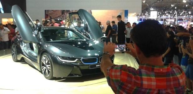 Fã grava vídeo do BMW i8 no Anhembi: este carro é um sucesso - Leonardo Felix/UOL