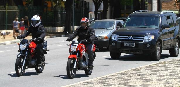 Muito além da temperatura: equipamento correto protege o motociclista do frio e de traumas físicos, algo que calças e jaquetas comuns não evitam