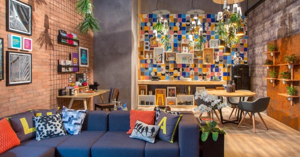 Na Sala do Primeiro Apê, de Tiana Meggiolaro e Bia Mayrinck, a base é neutra (concreto e tijolos nas paredes e madeira no piso), enquanto as cores fortes estão em pôsteres, nos azulejos, nos acessórios e em móveis (Oppa). Os 40 m² estão distribuídos em sala de TV, canto de trabalho e sala de jantar com cozinha gourmet. A Casa Cor Rio fica em cartaz até dia 7 de dezembro de 2014, no CasaShopping, na Barra da Tijuca. Outras informações: www.casacor.com.br/riodejaneiro