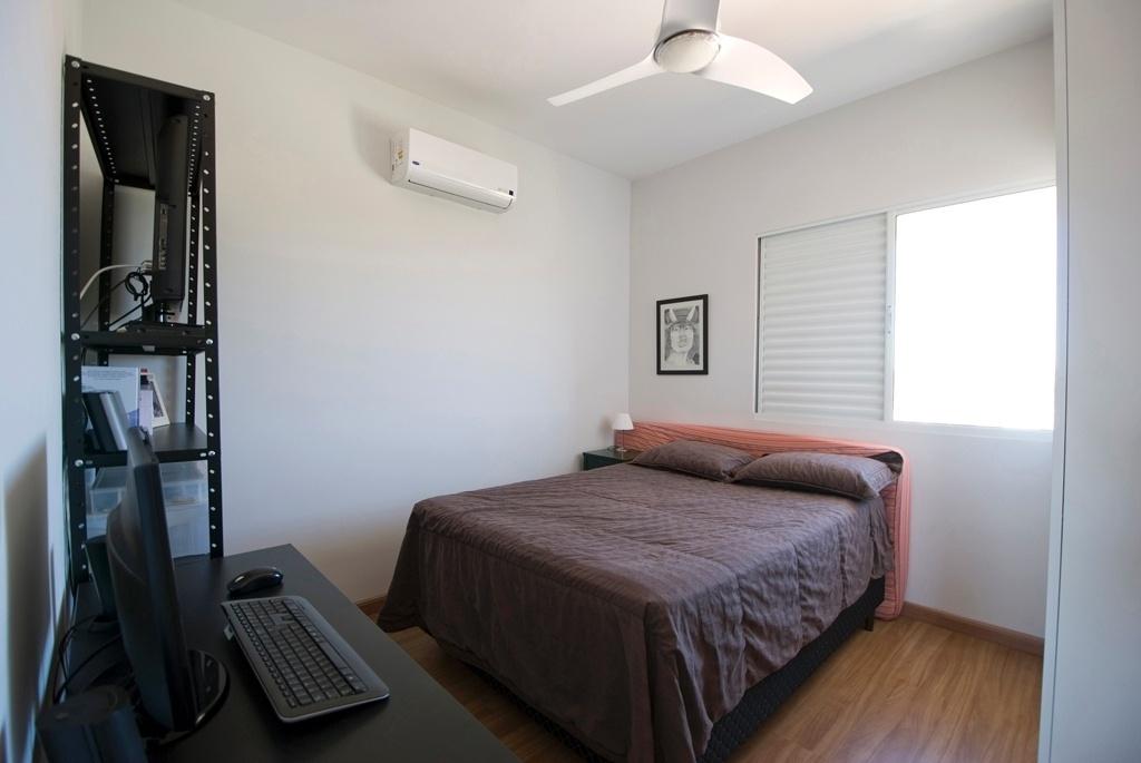 No outro quarto do apartamento alugado em Mogi Mirim (SP), o colchão com uma capa listrada (Tok&Stok), usado quando o morador recebe hóspede, fica atrás da cama, fazendo às vezes de uma cabeceira. No projeto de decoração, assinado pelo arquiteto Leandro Matsuda, o piso do dormitório, escritório e ambientes sociais tem revestimento em laminado de madeira (Durafloor)