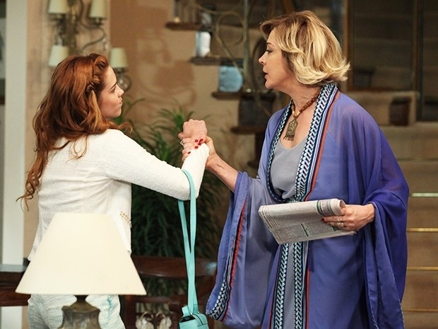 O clima pesa entre Gaby (Sophia Abrahão) e Samantha (Claudia Raia) em