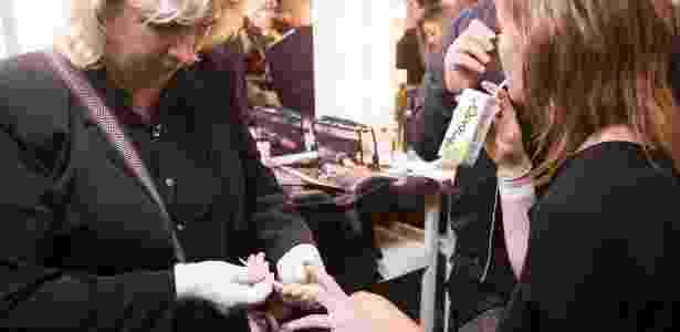 Manicure prepara as unhas de modelo para desfile na semana de moda de SP - Gabriel Quintã/UOL