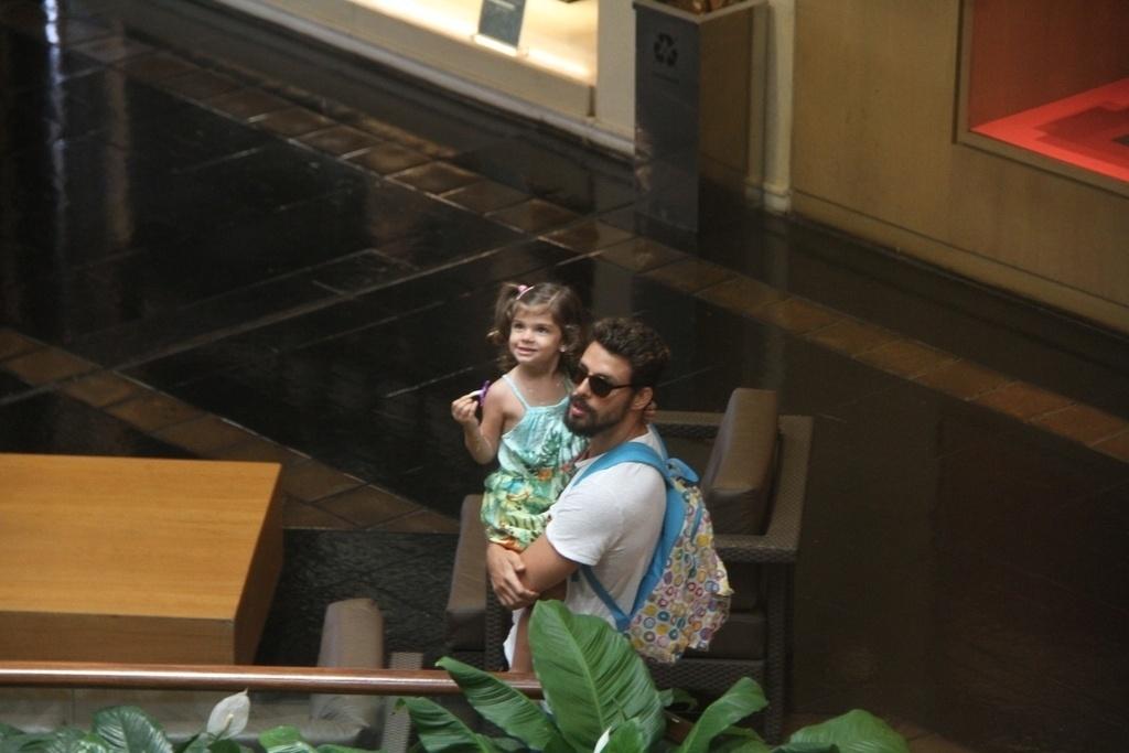 08.nov.2014 - Acompanhado da filha Sofia, Cauã fez compras e tirou fotos com alguns fãs em um shopping em São Conrado, na Zona Sul do Rio