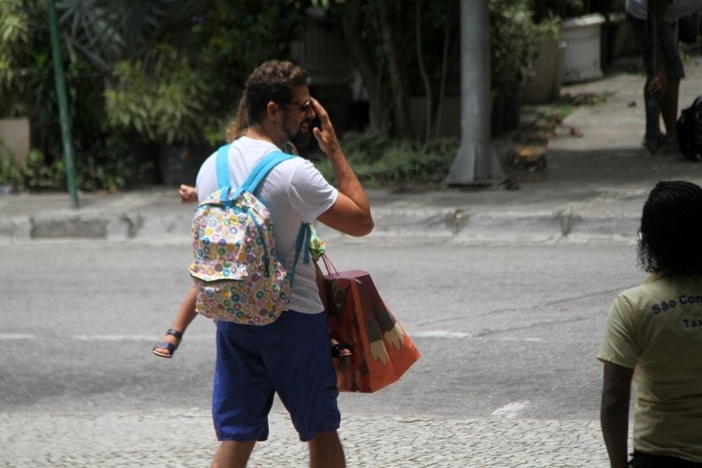 08.nov.2014- Cauã Reymond entrou no shopping pela entrada principal. Grazi seguiu com o carro em direção à casa da amiga Anna Lima