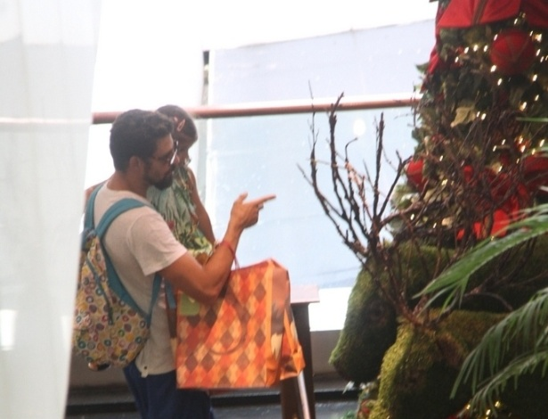 08.nov.2014- Cauã Reymond levou Sofia para ver a árvore de Natal do Shopping. A menina, de 2 anos de idade, ficou encantada com os enfeites