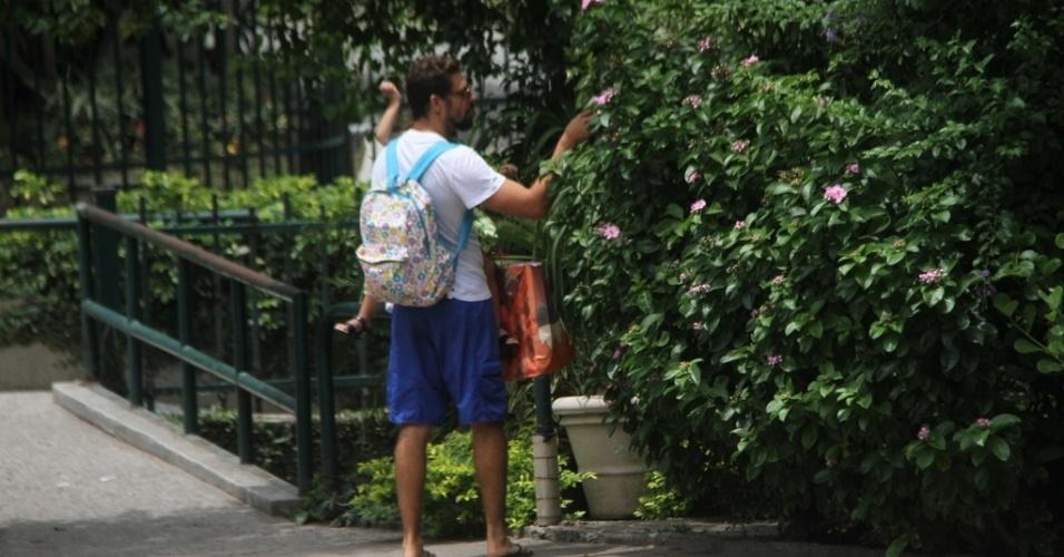 08.nov.2014- Depois de fazer compras e passear no shopping, Cauã e Sofia foram encontrar com Grazi na porta de um condomínio