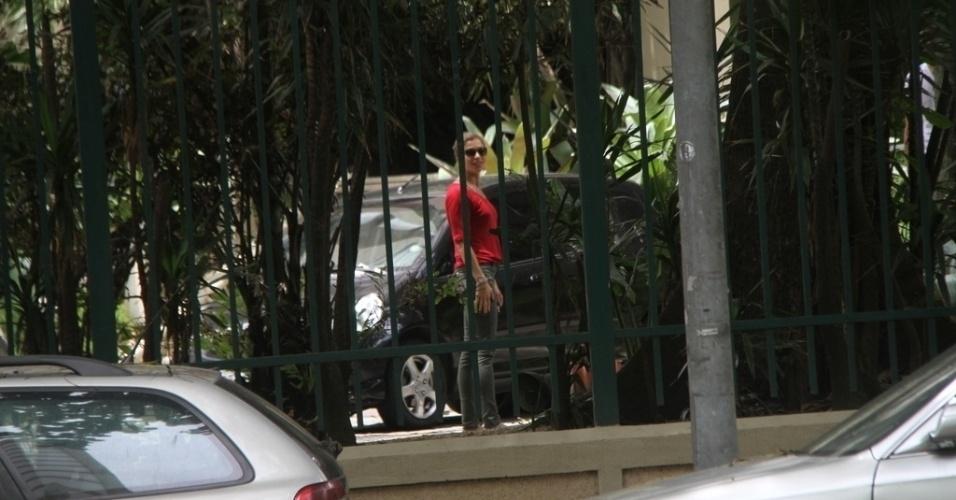 08.nov.2014- Grazi ficou esperando Cauã e Sofia na portaria do prédio e sorriu quando percebeu que estava sendo fotografada por um paparazzi