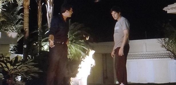 """Em """"Alto Astral"""", Marcos (Thiago Lacerda) pega Caíque (Sérgio Guizé) queimando desenhos de Laura e ameaça o irmão"""