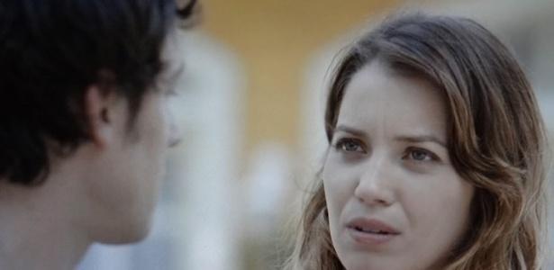 Laura (Nathalia Dill) não lembra o que aconteceu na primeira noite com Caíque (Sérgio Guizé) e pressioanaa o médico para saber a verdade