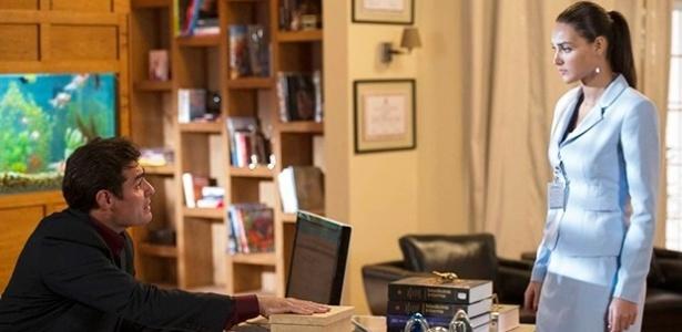 """Em """"Alto Astral"""", com a ajuda de Sueli, Marcos instala microcâmeras no escritório de Caíque"""