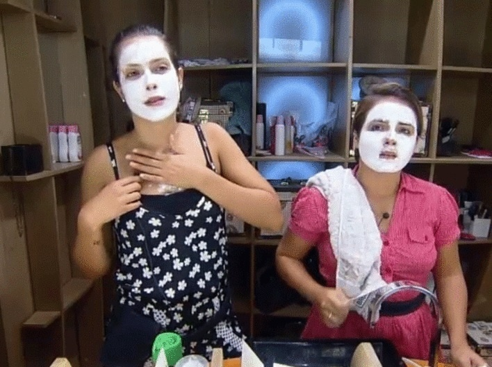 10.nov.2014 - Débora Lyra e MC Bruninha usam creme caseiro no rosto em