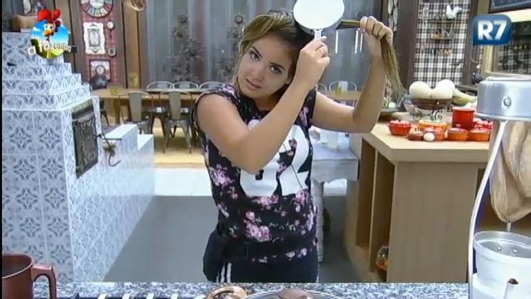 9.nov.2014 - MC Bruninha usa panela para fazer chapinha no cabelo em