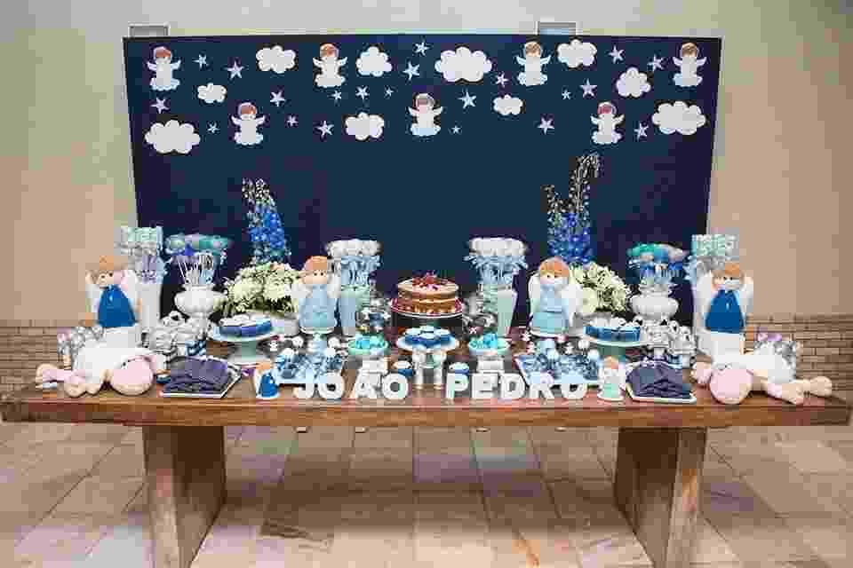 """Variações da cor azul foram usadas na decoração e nas guloseimas servidas nessa festa de batizado de um menino. O painel, forrado com tecido azul marinho com aplicação de estrelas, anjos e nuvens, feitos de papel para """"scrapbooking"""", foi o grande destaque da mesa criada pela Scrap Encanto (scrapencanto.com.br) - Marcelo Rezende/Divulgação"""