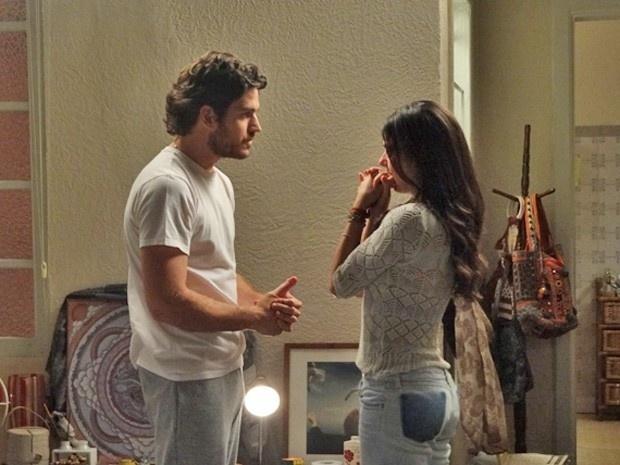 Rafael (Marco Pigossi) diz para Sandra(Isis Valverde) que eles devem se casar escondidos para evitar confusão com as famílias. A enfermeira acha uma loucura a ideia do piloto.
