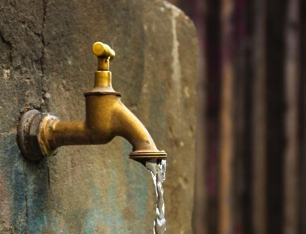 Torneira com água corrente; torneira antiga; encanamento antigo