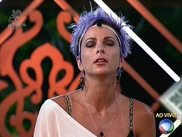 10.nov.2014 - Bruna Tang vota em Babi Rossi para a oitava roça de