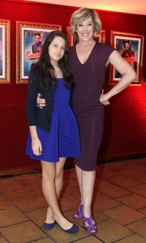 10.nov.2014 - Claudia Raia vai com a filha, Sophia, à estreia do espetáculo