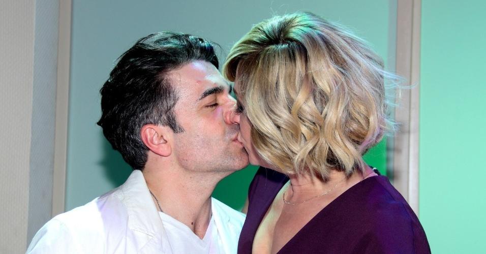 10.nov.2014 - Jarbas Homem de Mello ganha beijo da namorada, a atriz Claudia Raia, na estreia do espetáculo