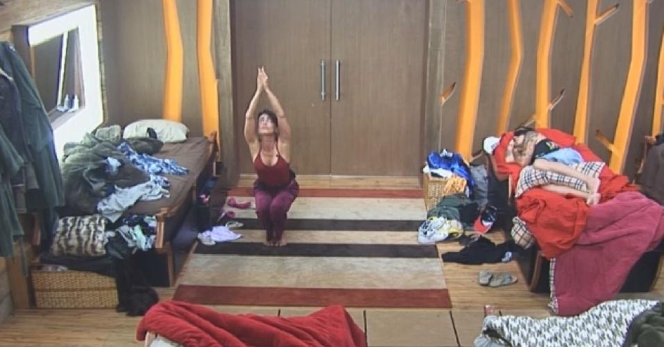 11.nov.2014 - Enquanto peões dormem, Heloisa Faissol pratica ioga em silêncio no quarto