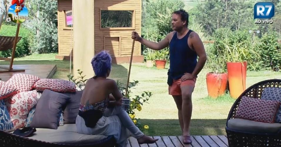 11.nov.2014 - Felipeh Campos conversa com Bruna Tang em