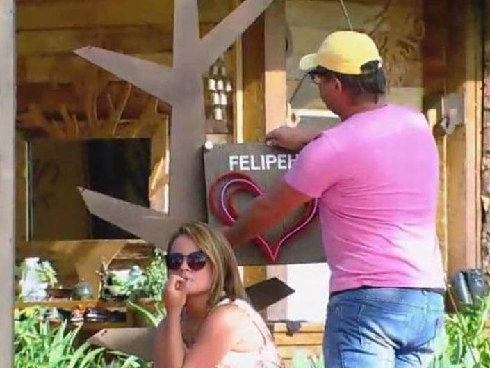11.nov.2014 - Felipeh Campos tenta reconciliação com MC Bruninha em