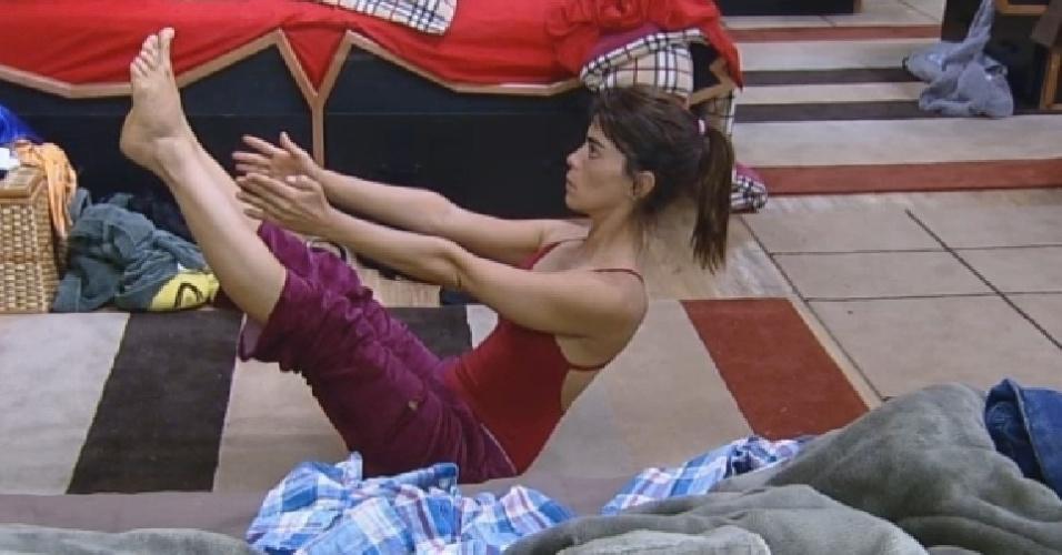 11.nov.2014 - Heloisa Faissol pratica ioga enquanto peões de