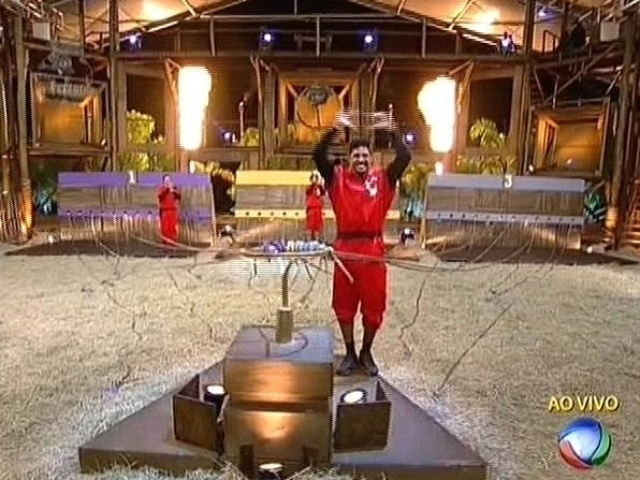 11.nov.2014 - Marlos Cruz comemora vitória na prova do fazendeiro depois de derrotar Felipeh e Léo em jogo de sorte