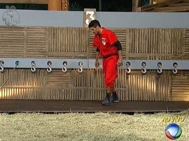 11.nov.2014 - Marlos Cruz disputa prova de sorte valendo o cargo de fazendeiro da semana em