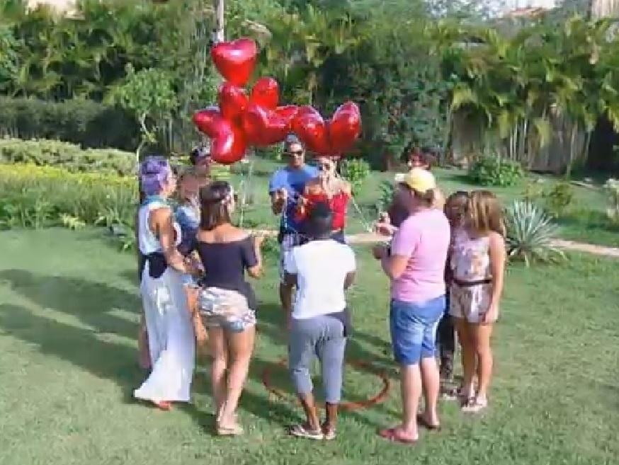 """11.nov.2014 - Participantes soltam balões me forma de coração em """"A Fazenda 7"""""""
