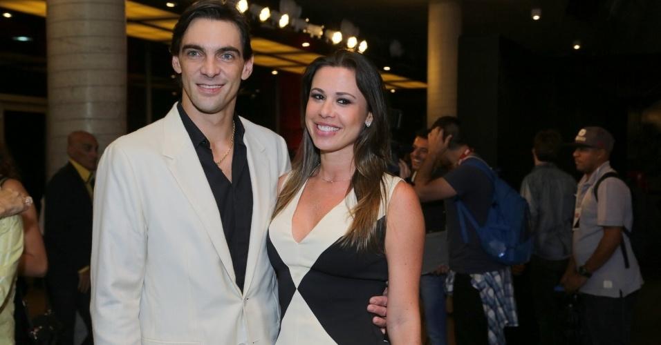 11.nov.2014- Giba e  a namorada Maria Luiza Daudt apostaram no preto e branco para compor o figurino do Prêmio Extra de Televisão
