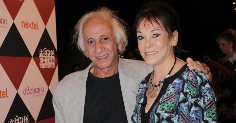 11.nov.2014- O ator Flavio Migliaccio marca presença no Prêmio Extra de Televisão acompanhado da mulher
