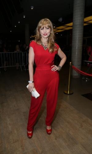 11.nov.2014- Simone Soares usa macacão vermelho na 16ª edição do Prêmio Extra de Televisão
