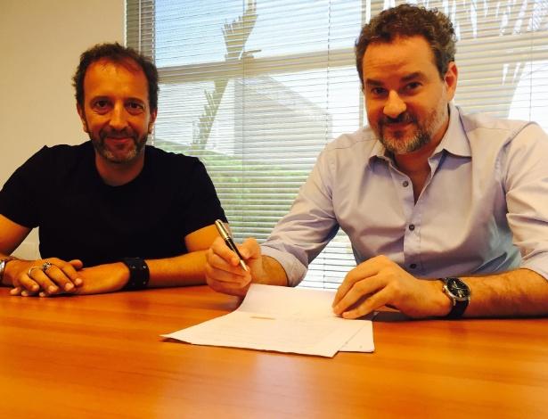 Ator Dan Stulbach (à direita) assina contrato com a Band, na presença do diretor artístico e de programação da emissora Diego Guebel