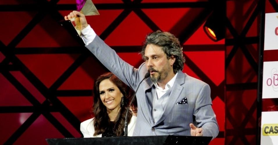 """11.nov.2014- Alexandre Nero leva o prêmio de Melhor Ator pelo José Alfredo de """"Império"""": """"Aguinaldo, não sei o que você viu em mim fora o meu corpo perfeito e meus olhos azuis"""", brincou ele no palco"""