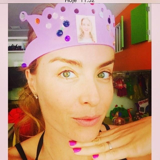 12.nov.2014 - Angélica publicou um presente feito pela caçula, Eva, de 2 anos. A pequena fez uma coroa rosa para a mãe e deixou a apresentadora orgulhosa