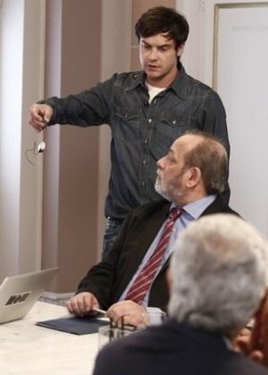 Caíque mostra microcâmeras que Marcos instalou em sua sala para os diretores do hospital