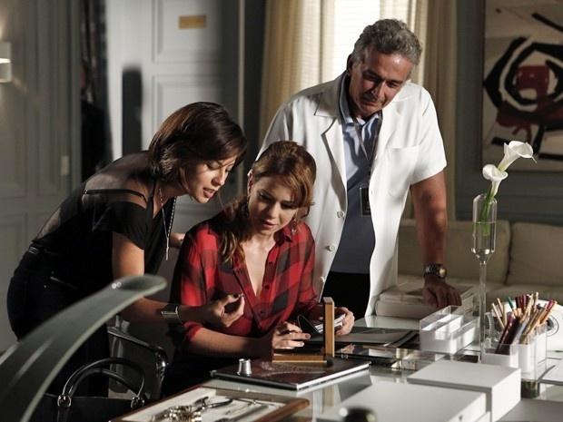 12.nov.2014 - Cristina fica encantada ao ver os diamantes da joalheria