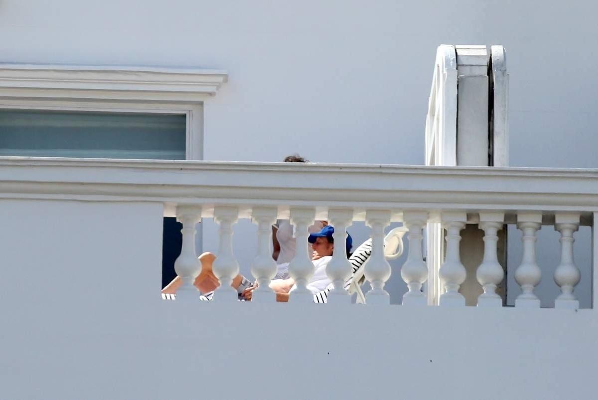 12.nov.2014 - Usando uma blusa transparente, a mulher de Paul McCartney, Nancy Shevell, deixou os seios à mostra ao aparecer na varanda do hotel Copacabana Palace