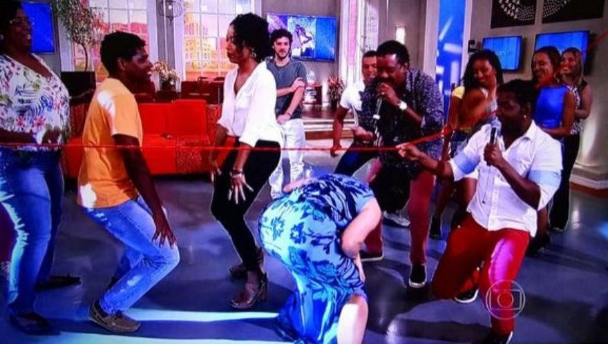 12.nov.2014 - Fátima Bernardes voltou à década de 90 e dançou clássicos do É o Tchan em seu programa, o