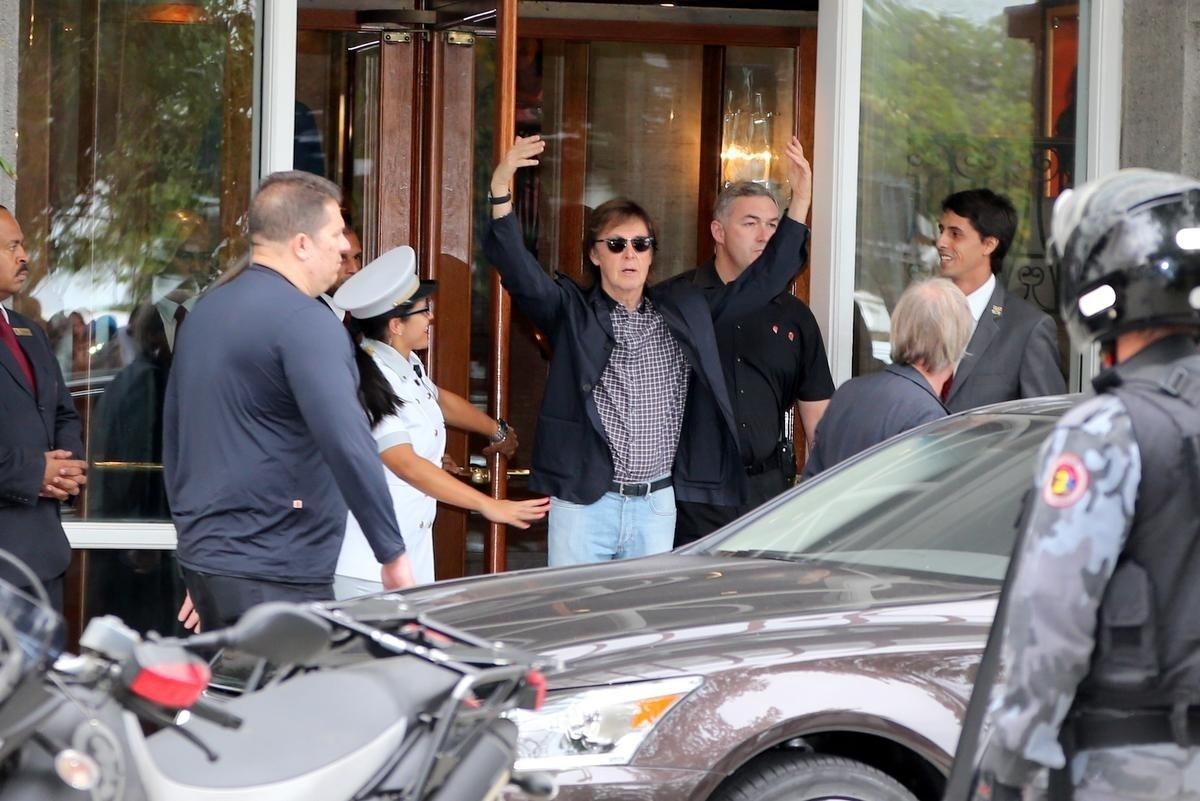12.nov.2014 - Paul McCartney deixa hotel Copacabana Palace, no Rio de Janeiro, e acena para os fãs. Na noite desta quarta-feira, ele faz a segunda apresentação da turnê Out There no Brasil