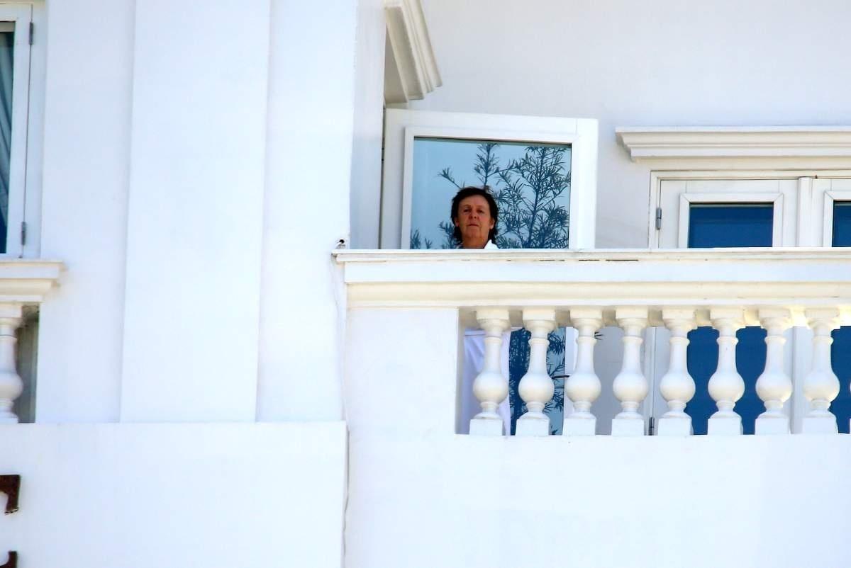 12.nov.2014 - Paul McCartney nota a presença de paparazzi ao aparecer na varanda do hotel Copacabana Palace, no Rio, onde faz o segundo show da turnê Out There no Brasil