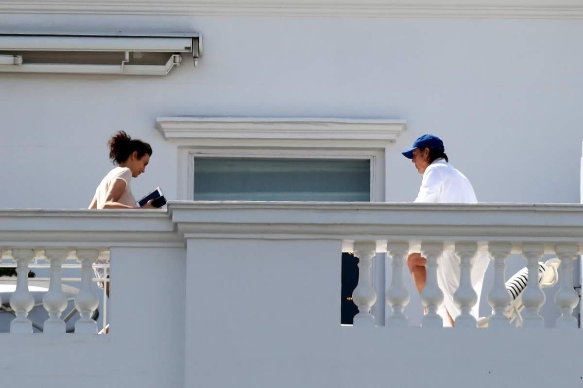 12.nov.2014 - Ao lado da mulher, Nancy Shevell, Paul McCartney apareceu na varanda do hotel Copacabana Palace usando um roupão e boné