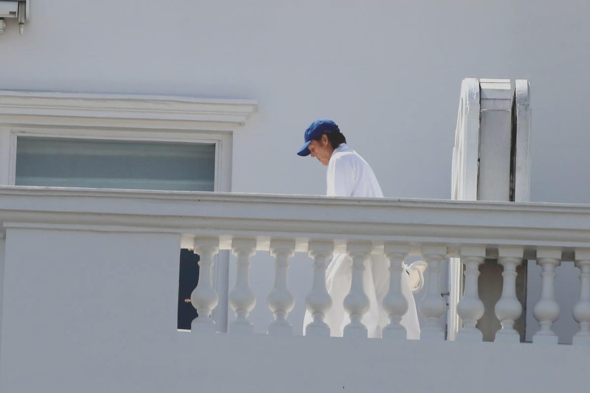 12.nov.2014 - Paul McCartney apareceu na varanda do hotel Copacabana Palace usando um roupão e boné azul. No Brasil com a Out There Tour, Paul já esteve no Espírito Santo e se apresentará ainda no Rio, em Brasília e São Paulo