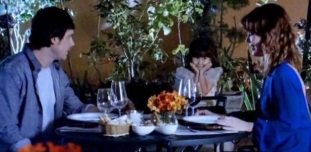 Caíque (Sergio Guizé) vê Bella (Nathalia Costa) durante o jantar e deixa Laura (Nathalia Dill) assustada